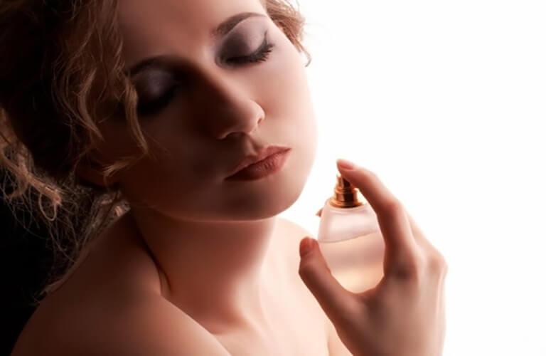 Dùng nước hoa kích dục nữ 818 Women Brown đúng cách, tuân thủ theo hướng dẫn, không lạm dụng sử dụng nhiều